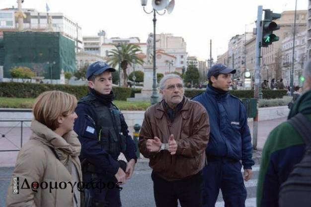 Ελεύθερος ο εκπαιδευτικός Π. Αντωνόπουλος - Xτυπήθηκε στα δικαστήρια από την αστυνομία ο Π. Κωνσταντίνου