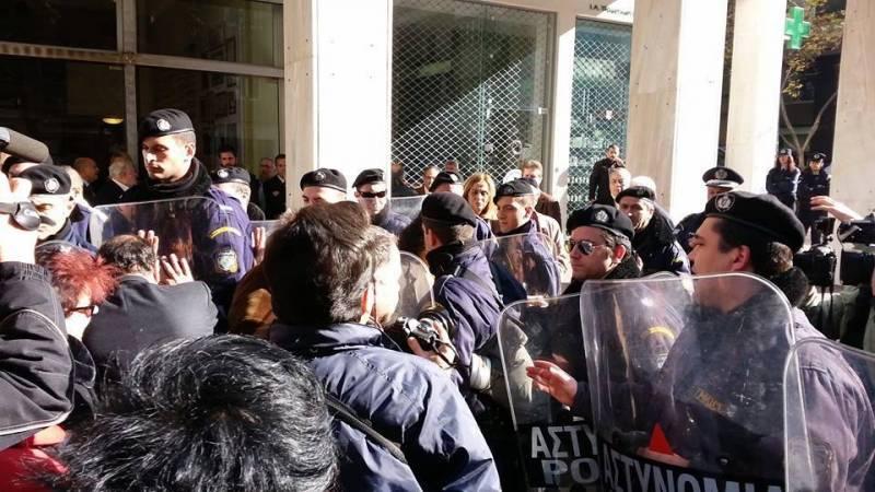 Σοκ από την αήθη επίθεση των ΜΑΤ εναντίον δημοσιογράφων έξω από την ΕΣΗΕΑ