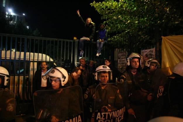Ραχήλ Μακρή στην καγκελόπορτα της ΕΡΤ - Όχι στη βία και την ανομία