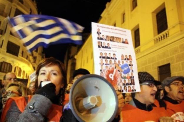 Μια ελληνική σημαία ανάμεσα στα πλακάτ για να θυμίσει το μαύρο που έριξε η ελληνική κυβέρνηση στην ΕΡΤ πριν από έξι μήνες
