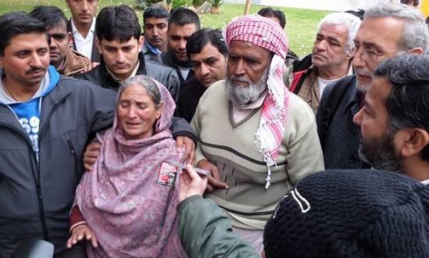Οι γονείς του δολοφονημένου απο χρυσαυγίτες Σαχζάτ Λουκμάν θρηνούν σήμερα στα Πετράλωνα στις 5μμ