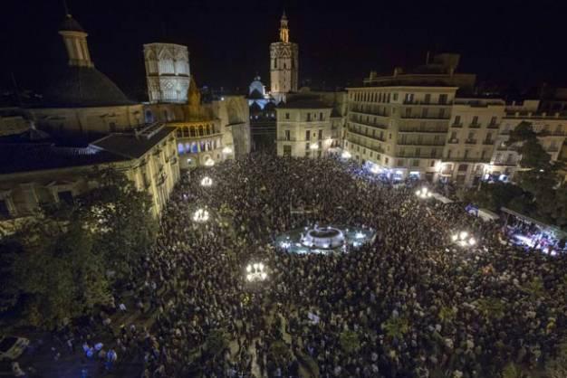 Χιλιάδες στους δρόμους της Βαλένθια για το κλείσιμο της δημόσιας τηλεόρασης